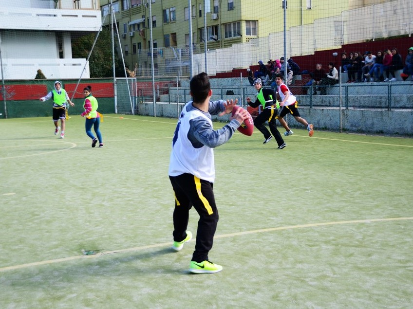 Una partita di flag football a scuola